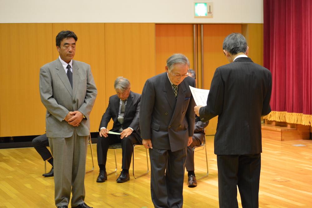 2015年11月23日 優良工事 表彰式 松本市長より、現場代理人(伊勢谷 昌三)と当社社長に表彰状が授与されました。