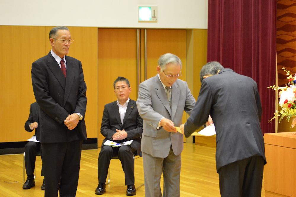 2016年9月26日 優良工事 表彰式 松本市長より、現場代理人(山室 裕一)と当社社長に表彰状が授与されました。