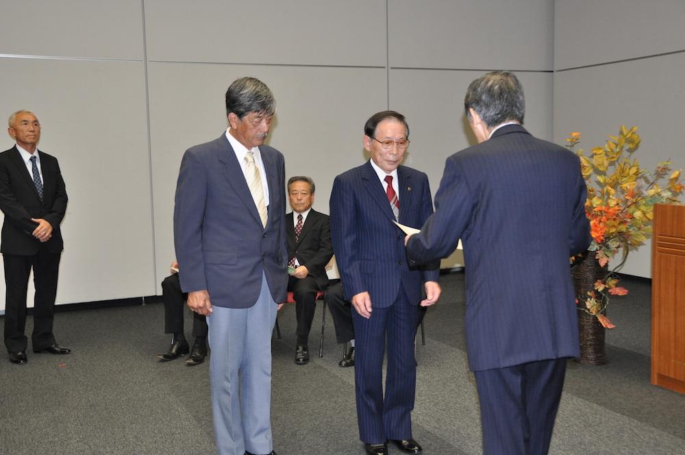 松本市長より、現場代理人(太田 由久)と当社社長に表彰状授与されました。